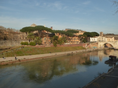 Walking along the Tevere (the Tiber River)