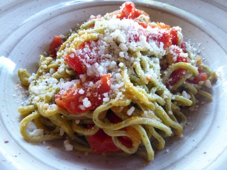Spaghetti with onion, tomato and Parmesan