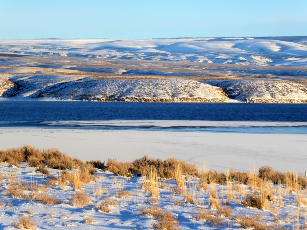 Wide open spaces of Wyoming along the half-frozen Green River